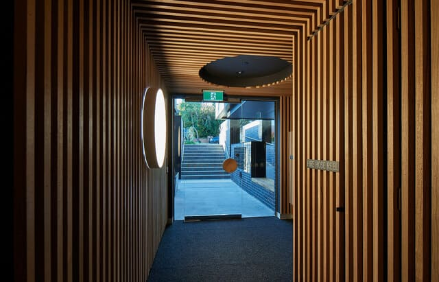 Hành lang của tổ hợp căn hỗ có kiến trúc độc đáo này