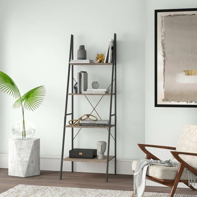Kệ để đồ bằng kim loại đơn giản tạo cảm giác thông thoáng cho phòng khách