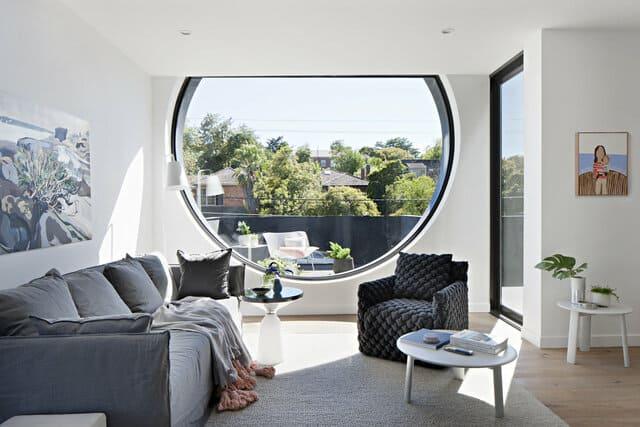 Nội thất phòng khách của căn hộ có cửa sổ tròn độc đáo