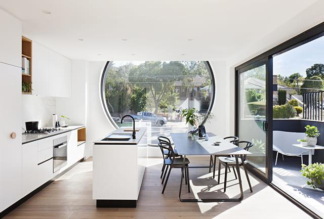 Phòng bếp của căn hộ cửa sổ tròn