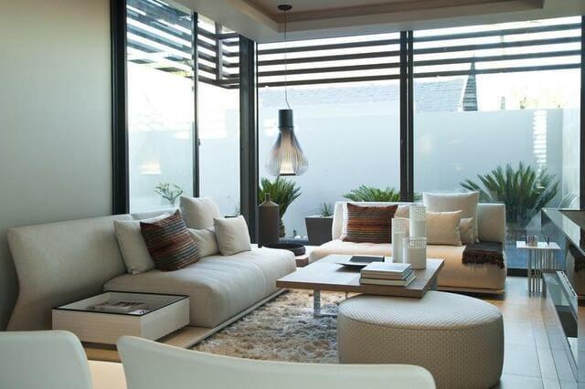 Sử dụng những vách kính lớn để tăng không gian phòng khách